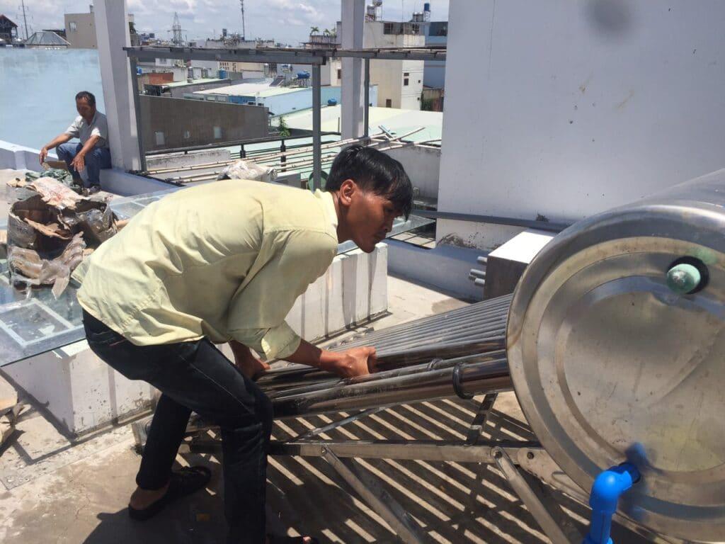 Sửa vệ sinh ống máy tắm nóng năng lượng mặt trời