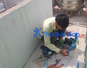 Thợ lắp máy bơm tăng áp nước nóng