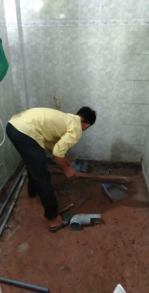 lắp ống nước, lát gạch nền nhà vệ sinh