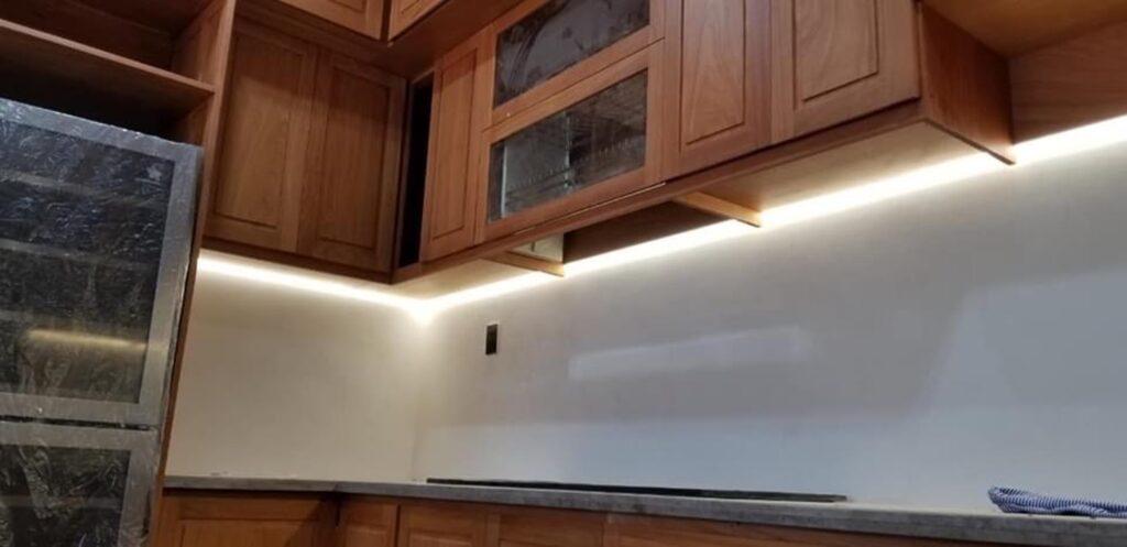 Dịch vụ lắp đèn led tủ bếp